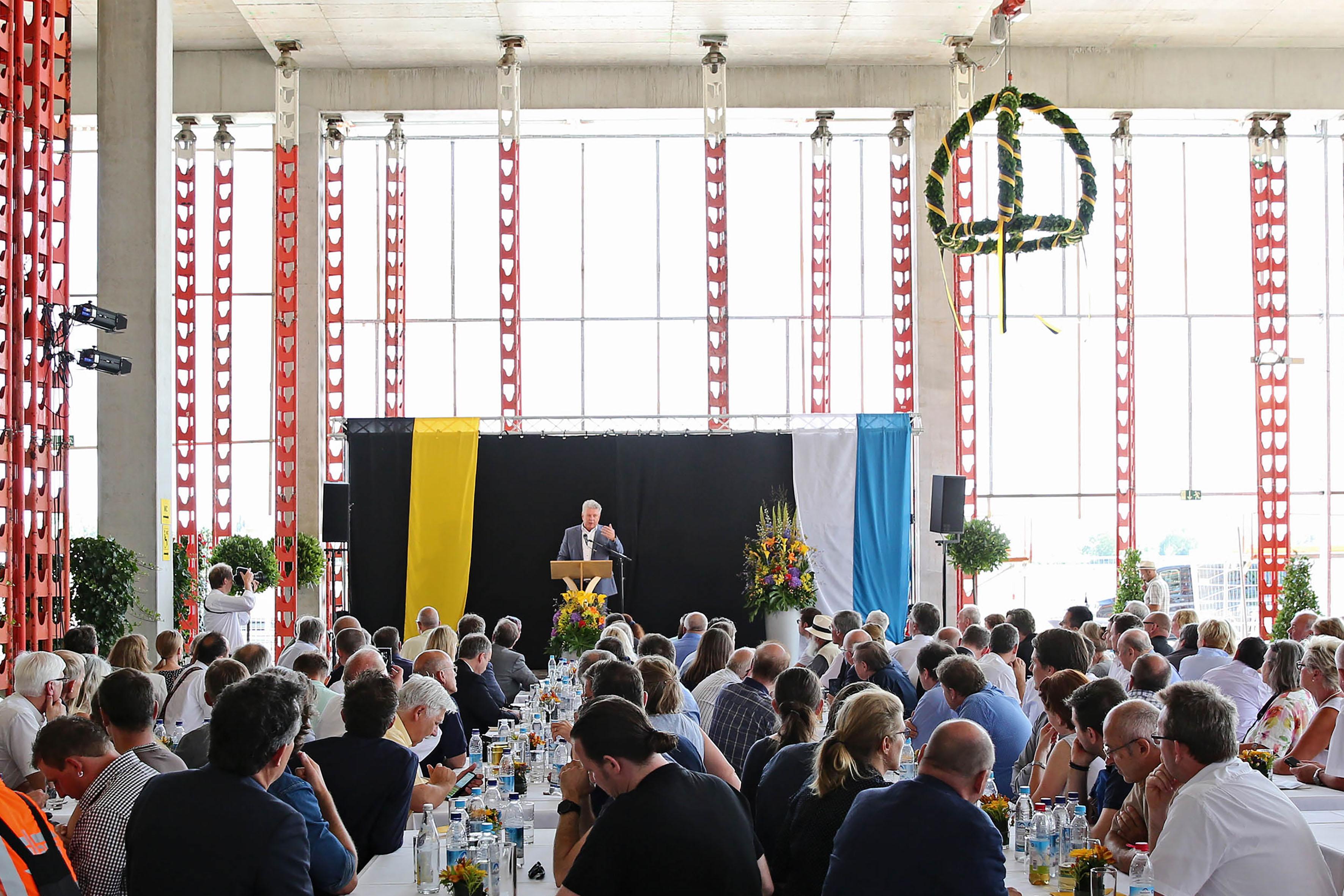 OB Dieter Reiter spricht vor den geladenen Gästen des Richtfests Bildungscampus Freiham, Foto: Michael Nagy