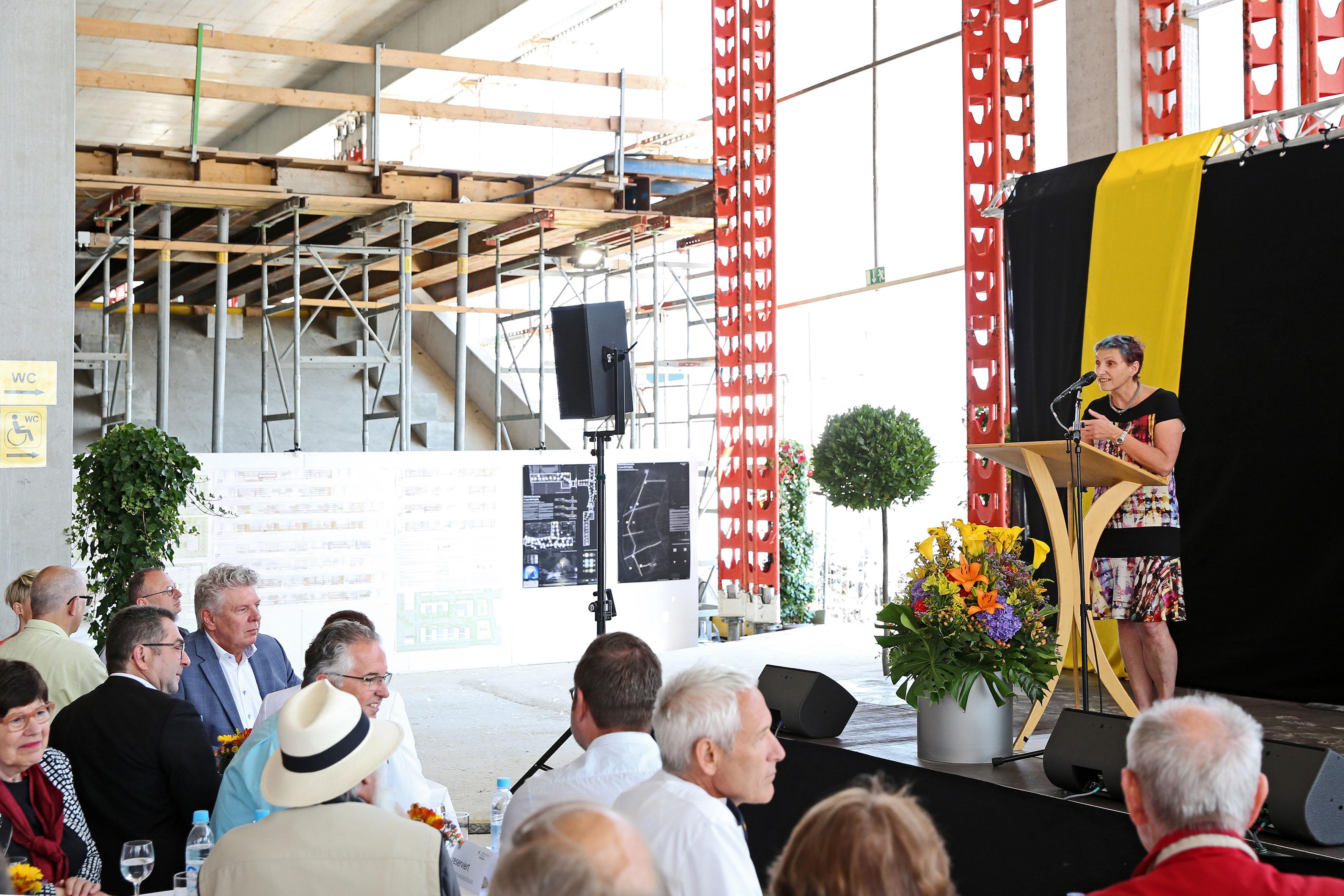 Stadtschulrätin Beatrix Zurek spricht bei Richtfest für den Bildungscampus Freiham, Foto: Michael Nagy
