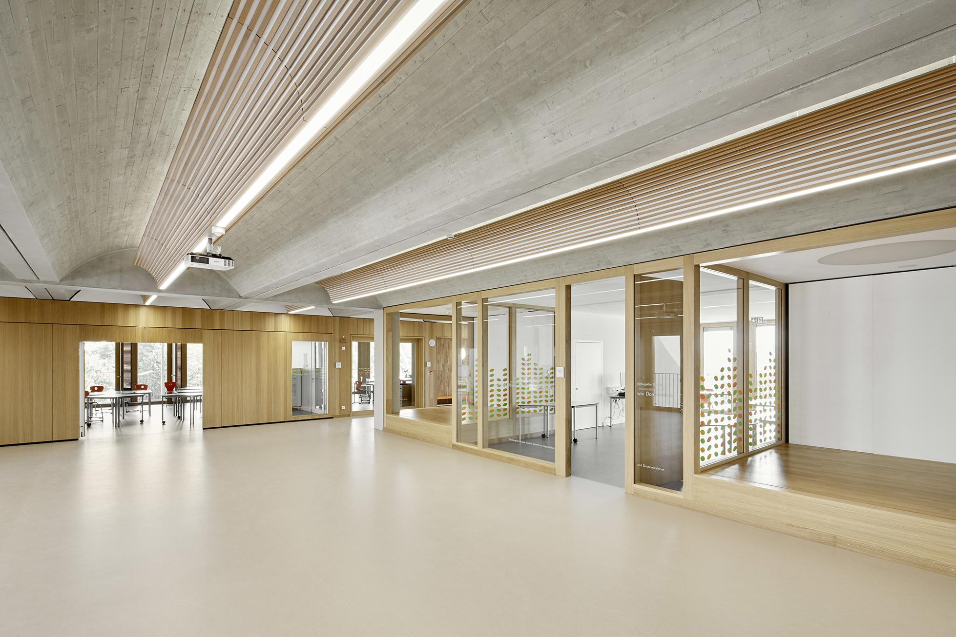 Die Materialien Beton und Holz prägen den gesamten Baukörper.